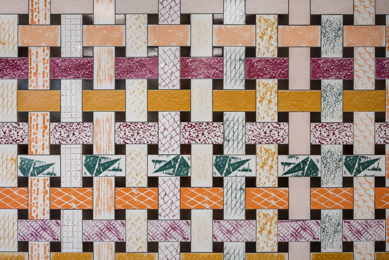 Verket Vävd, av Jenny Bergman, placerat på vägg i matsalen p?